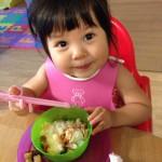 双子、お箸の練習。2歳0ヶ月の双子育児