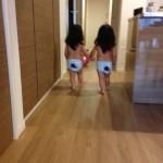 最近ずっと早起きの双子。朝からボール遊び